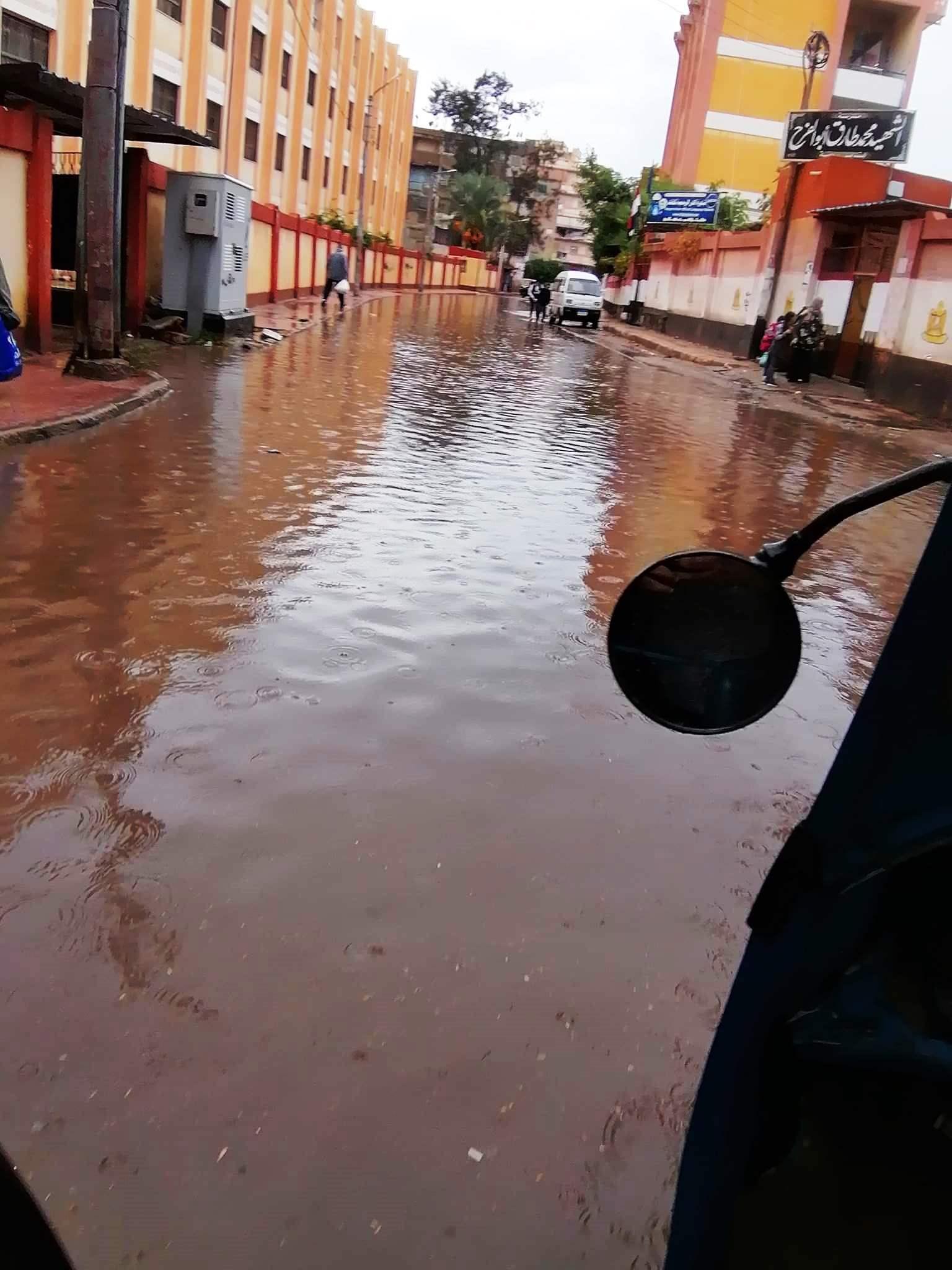 مياه الأمطار تحاصر المدارس وتغرق شوارع فارسكور بدمياط (4)