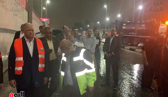 محافظ القاهرة يتفقد أعمال شفط مياه الأمطار (1)