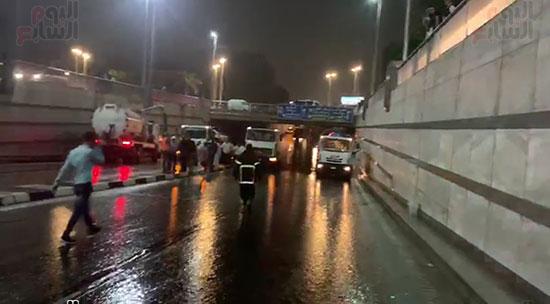 محافظ القاهرة يتفقد أعمال شفط مياه الأمطار (2)