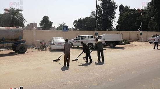 رجال النظافة بالأقصر خلال تجميل شارع الكورنيش