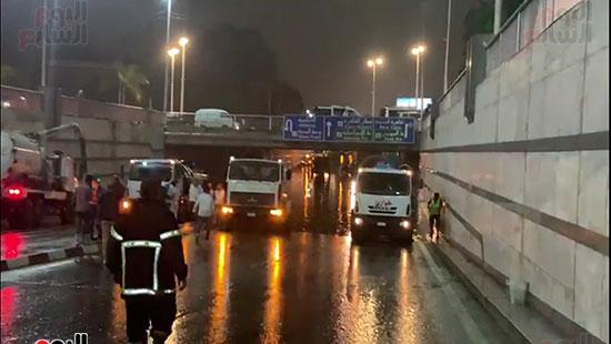 محافظ القاهرة يتفقد أعمال شفط مياه الأمطار (3)