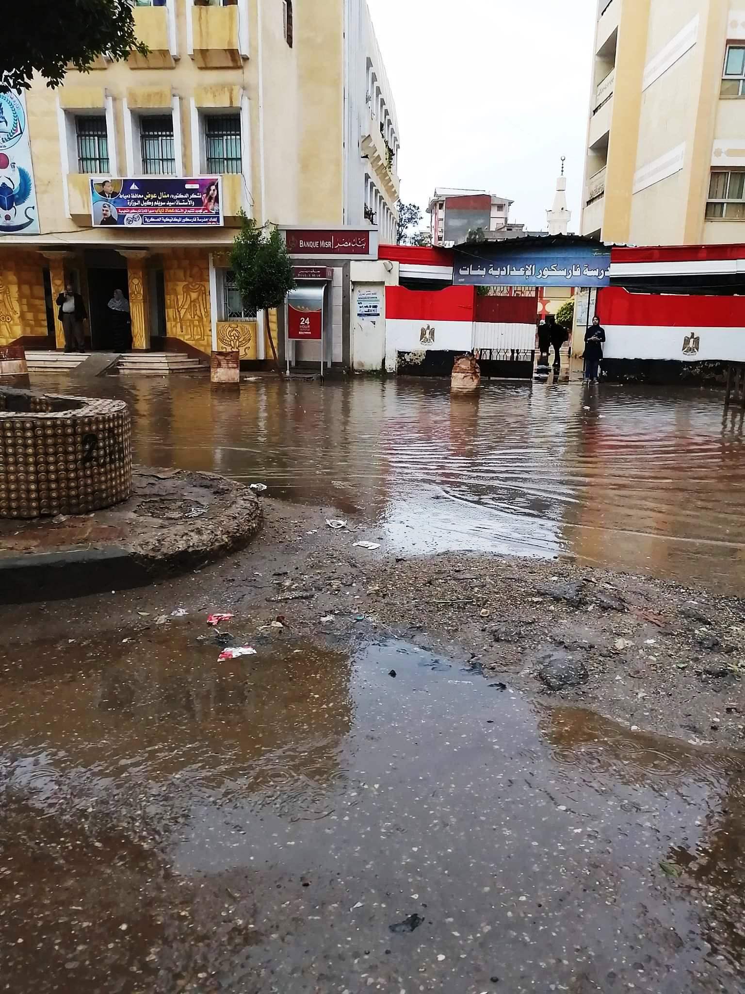 مياه الأمطار تحاصر المدارس وتغرق شوارع فارسكور بدمياط (2)