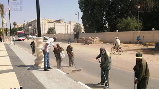 رجال النظافة خلال تجميل الشارع قبل الرصف