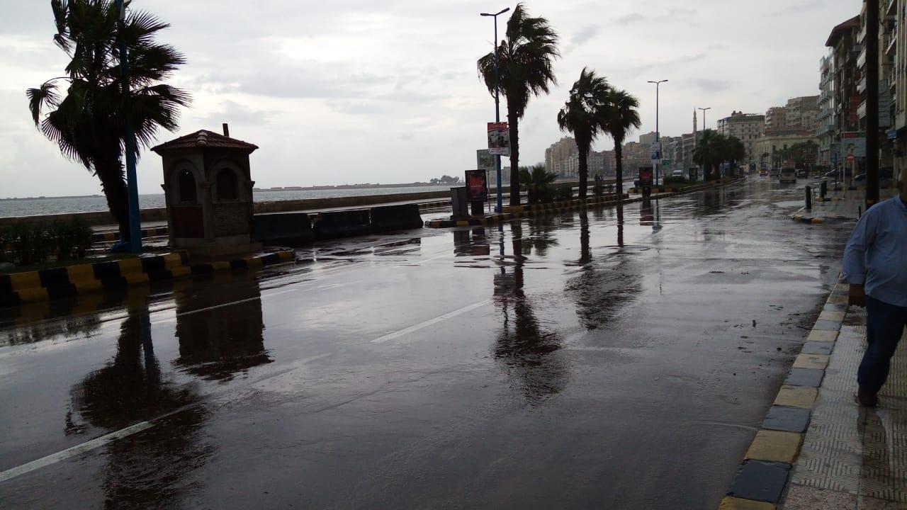 سيولة مرورية بطريق الكورنيش بعد كسح مياه الأمطار (1)