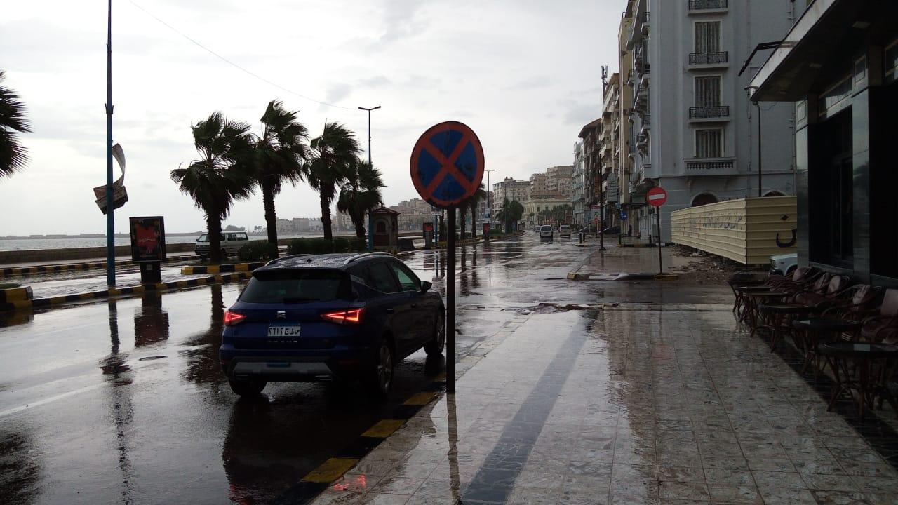 سيولة مرورية بطريق الكورنيش بعد كسح مياه الأمطار (10)