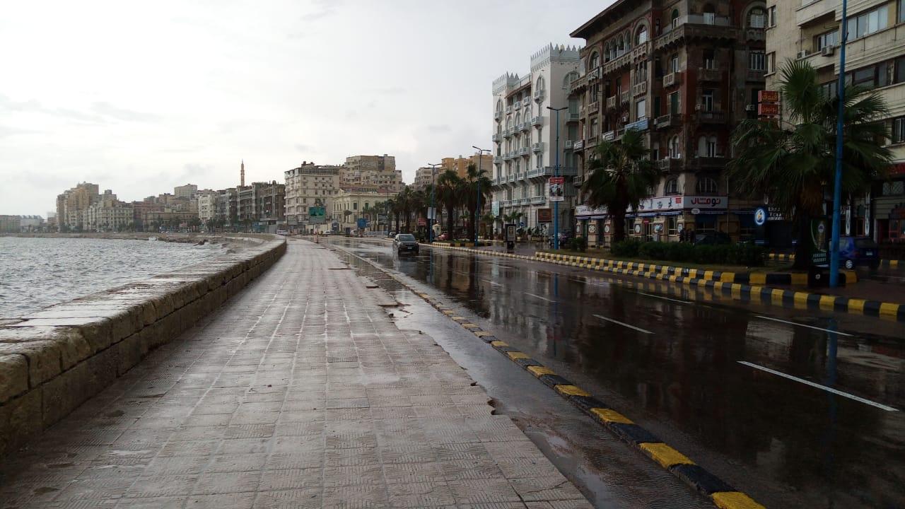سيولة مرورية بطريق الكورنيش بعد كسح مياه الأمطار (9)
