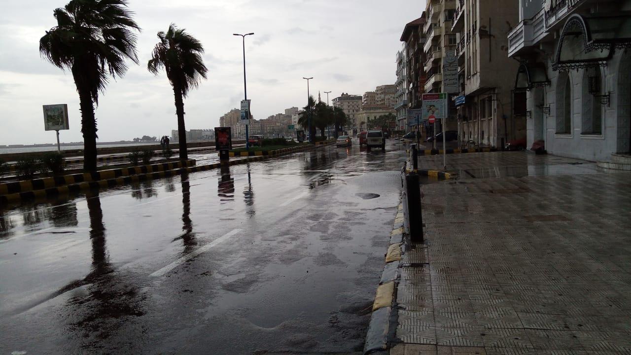 سيولة مرورية بطريق الكورنيش بعد كسح مياه الأمطار (3)