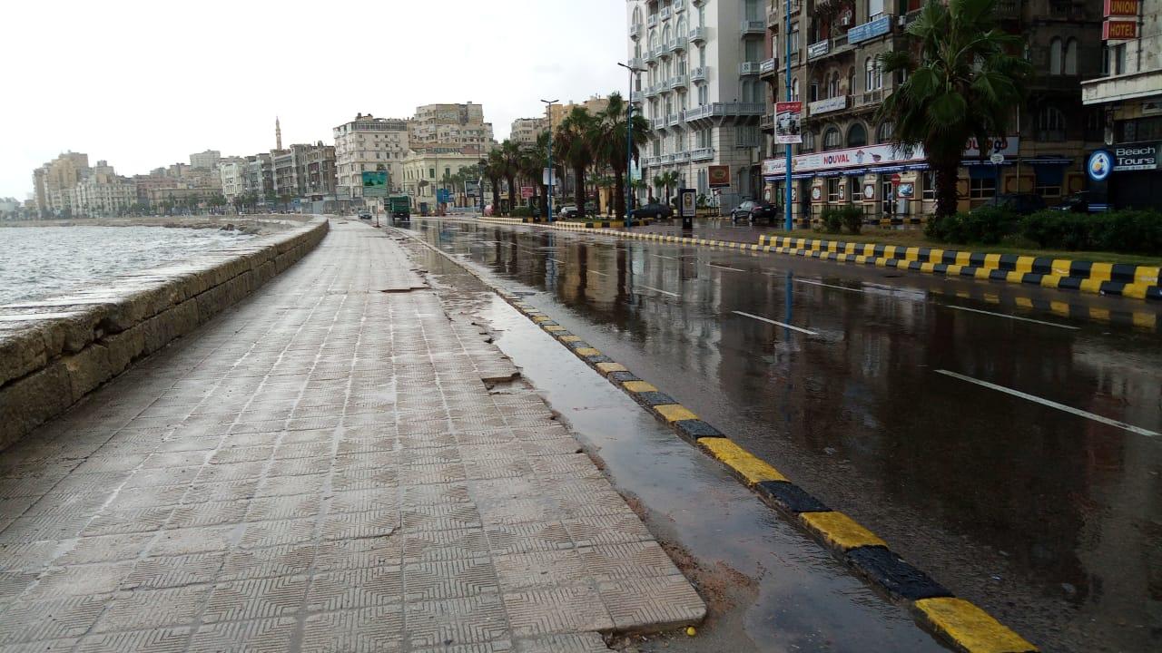 سيولة مرورية بطريق الكورنيش بعد كسح مياه الأمطار (7)