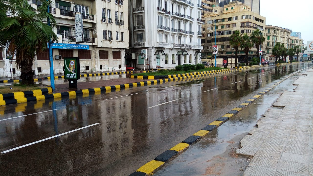 سيولة مرورية بطريق الكورنيش بعد كسح مياه الأمطار (4)