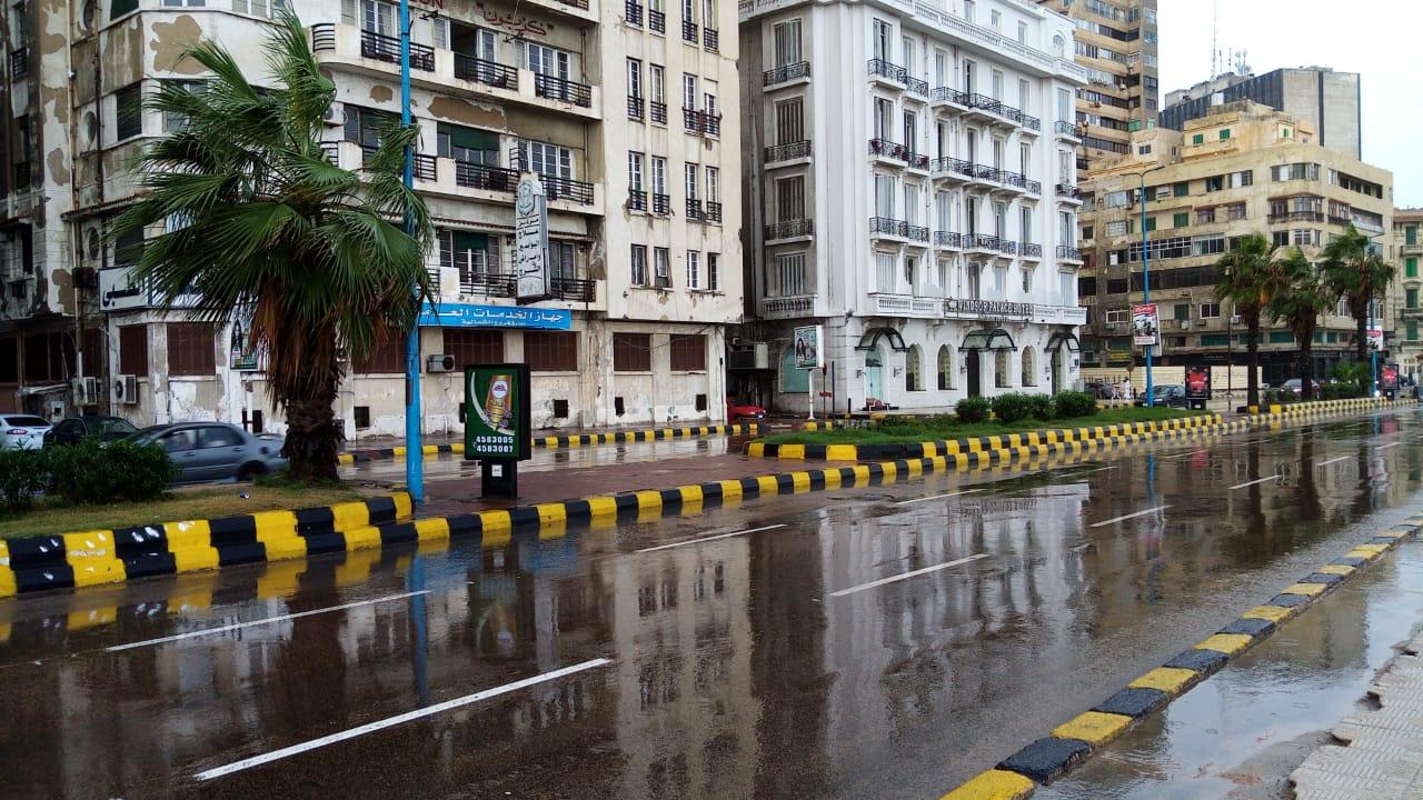 سيولة مرورية بطريق الكورنيش بعد كسح مياه الأمطار (2)