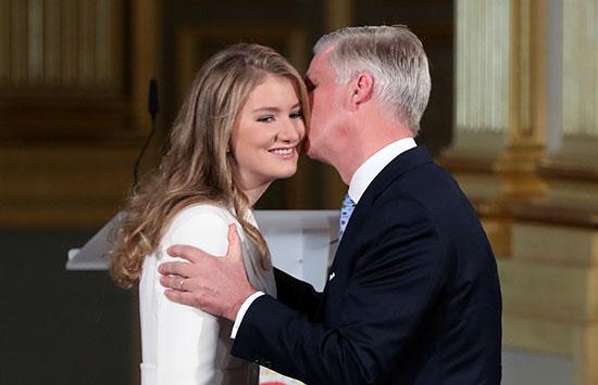الملك فليب يقبل ابنته الأميرة إليزابيث