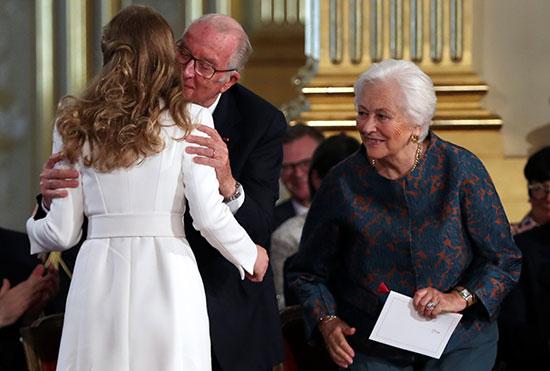 الملك ألبرت الثانى والملكة باولا يهنئان الأميرة إليزابيث