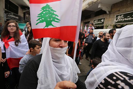 سيدة-تشارك-فى-المسيرات-الاحتجاجية
