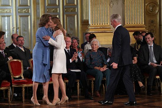 الملكة ماتيلد تحتضن ابنتها الأميرة إليزابيث فى عيد ميلادها