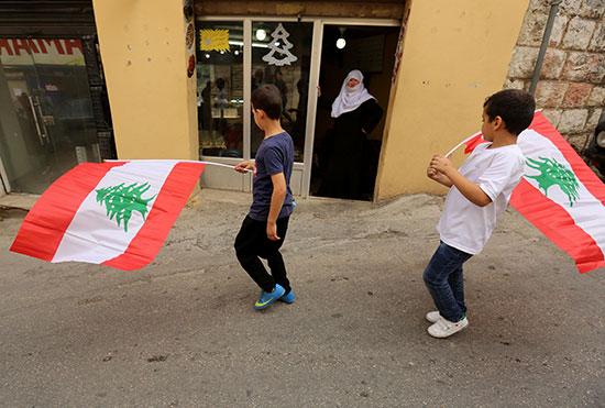 أطفال-يرفعون-علم-لبنان