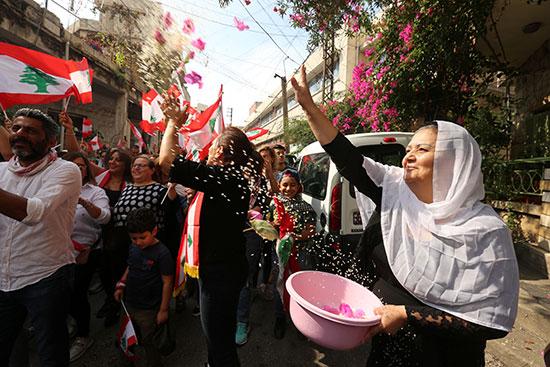 سيدة-تلقى-الزهور-على-المتظاهرين