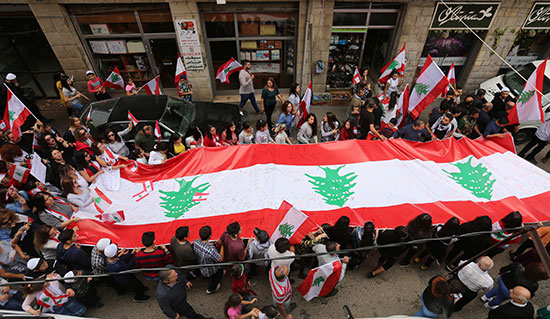 متظاهرو-لبنان-يرفعون-علم-بلدهم