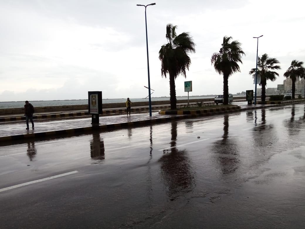 سيولة مرورية بطريق الكورنيش بعد كسح مياه الأمطار (5)