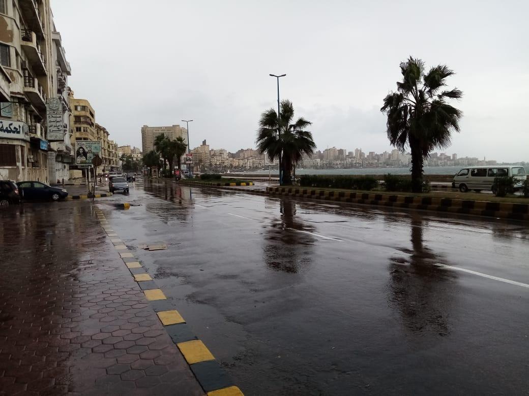 سيولة مرورية بطريق الكورنيش بعد كسح مياه الأمطار (8)