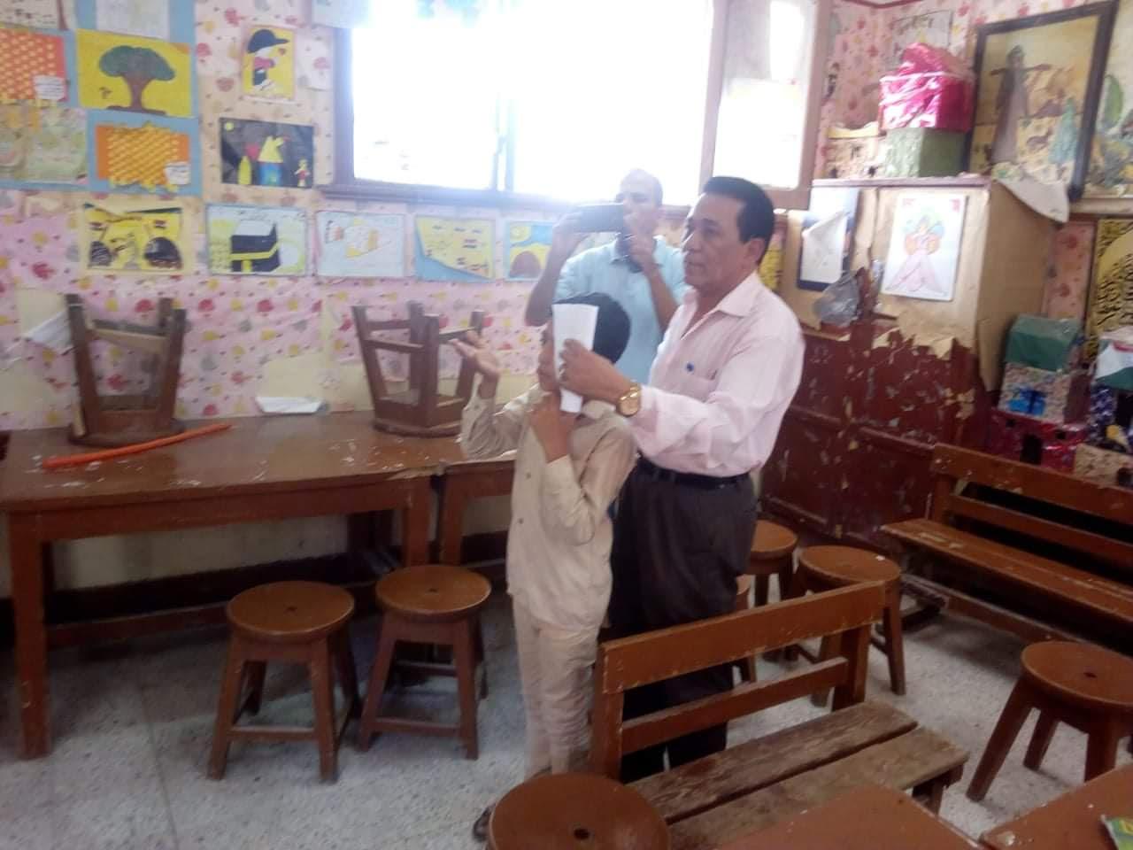الكشف على طلاب مدارس بنى سويف بمبادرة نور حياة (1)