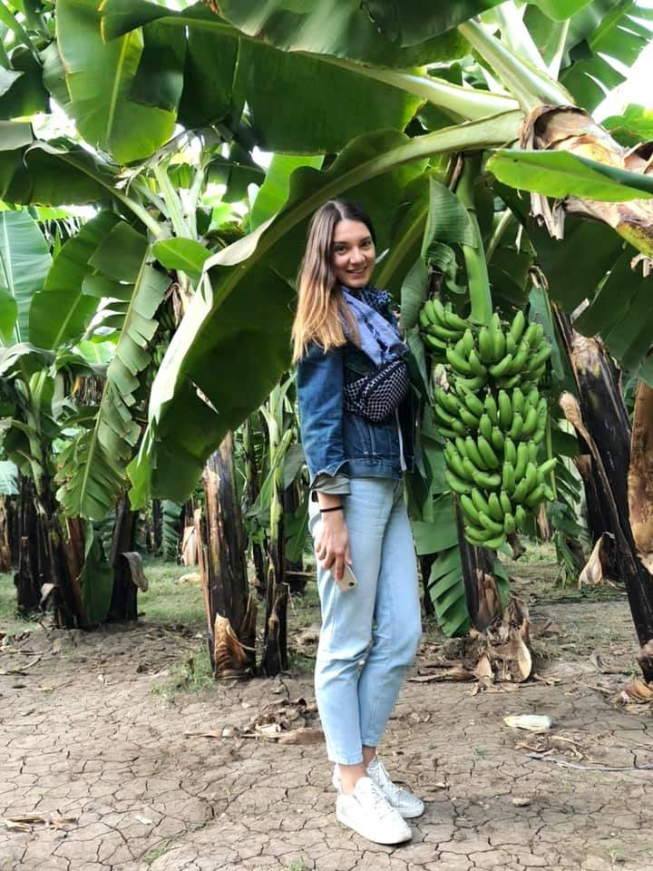 احدى عضوات الأوركسترا الأوكرانية بجزيرة الموز