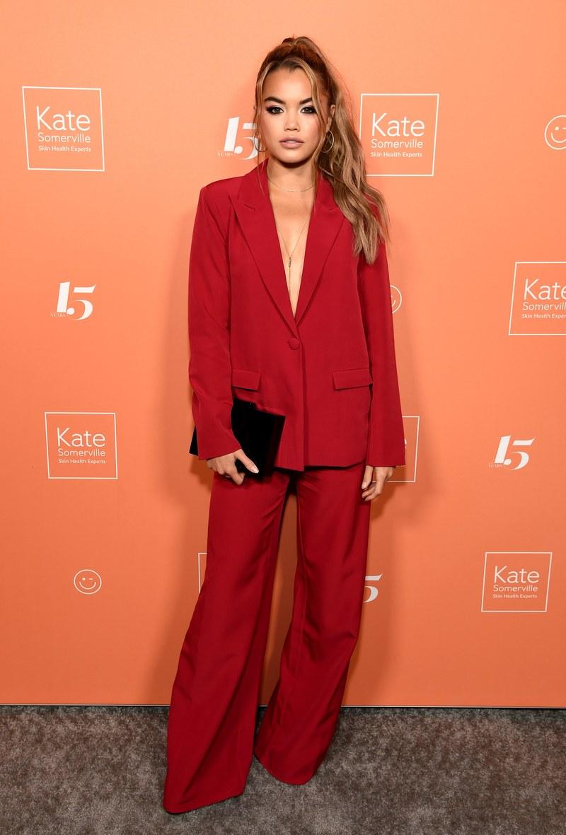 باريس بيرليس ترتدي بدلة حمراء ببنطلون فضفاض