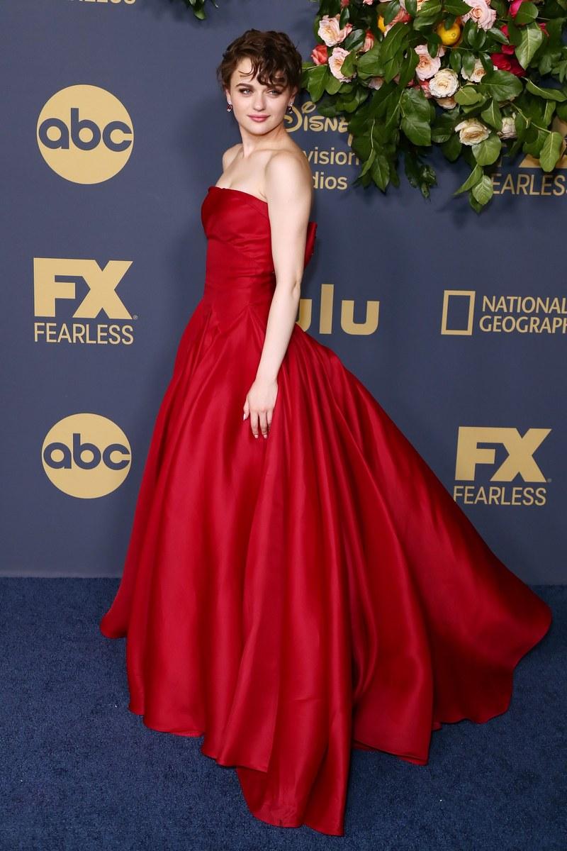 جوي كينج بفستان سندريلا الأحمر