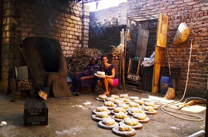 قيادات الأوركسترا الأوكرانية لـأوبرا عايدة يستمتعون بزيارة جزيرة الموز ويطهون الخبز البلدي