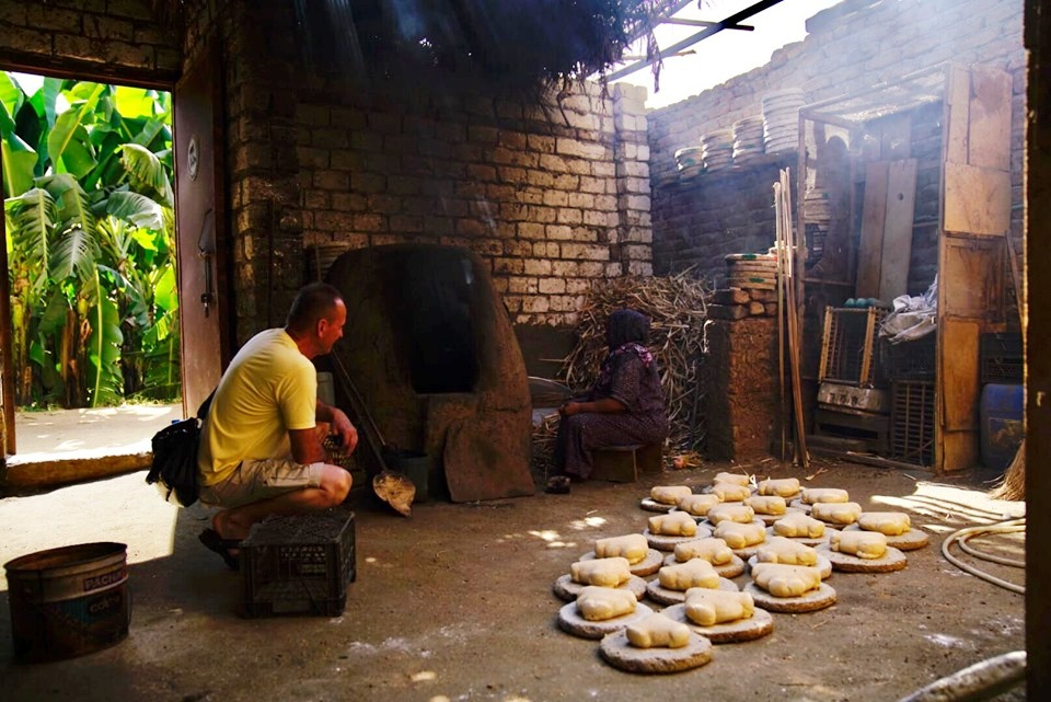 عضو فريق الأوركسترا يشهد مراحل الخبز البلدى فى جزيرة الموز غربى الأقصر