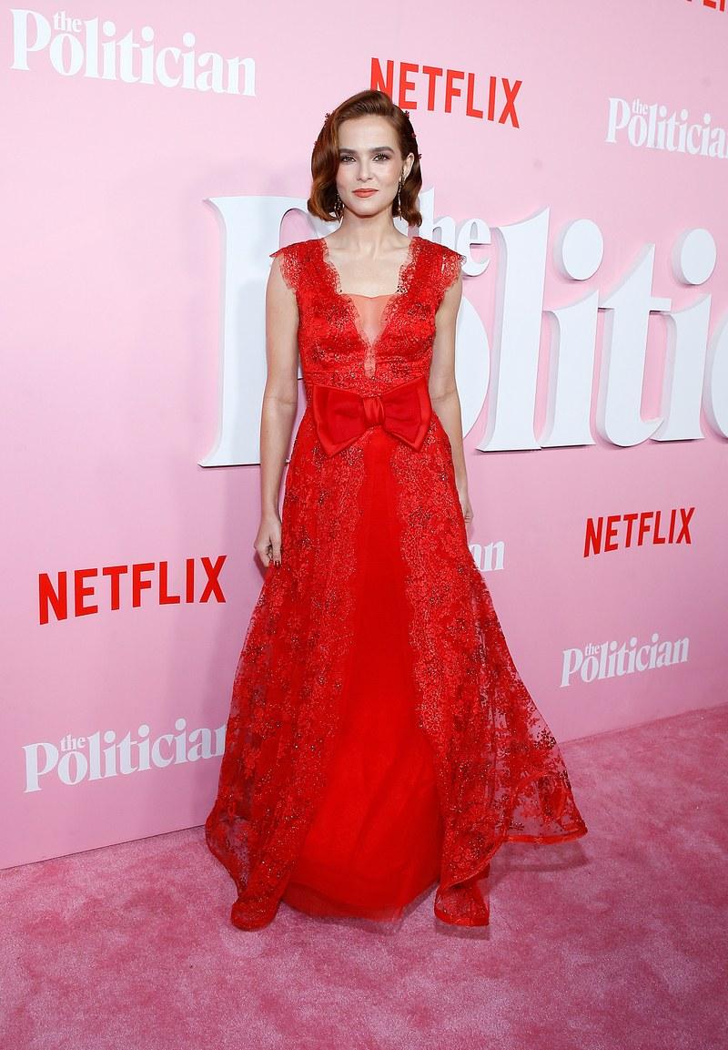 زوي ديوتشتبدو مذهلة في اللون الأحمر
