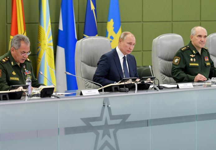 بوتين يجتمع مع وزير الدفاع سيرغي شويجو  ورئيس الاركان دوسكوي اثناء مراقبة تدريبات عسكرية