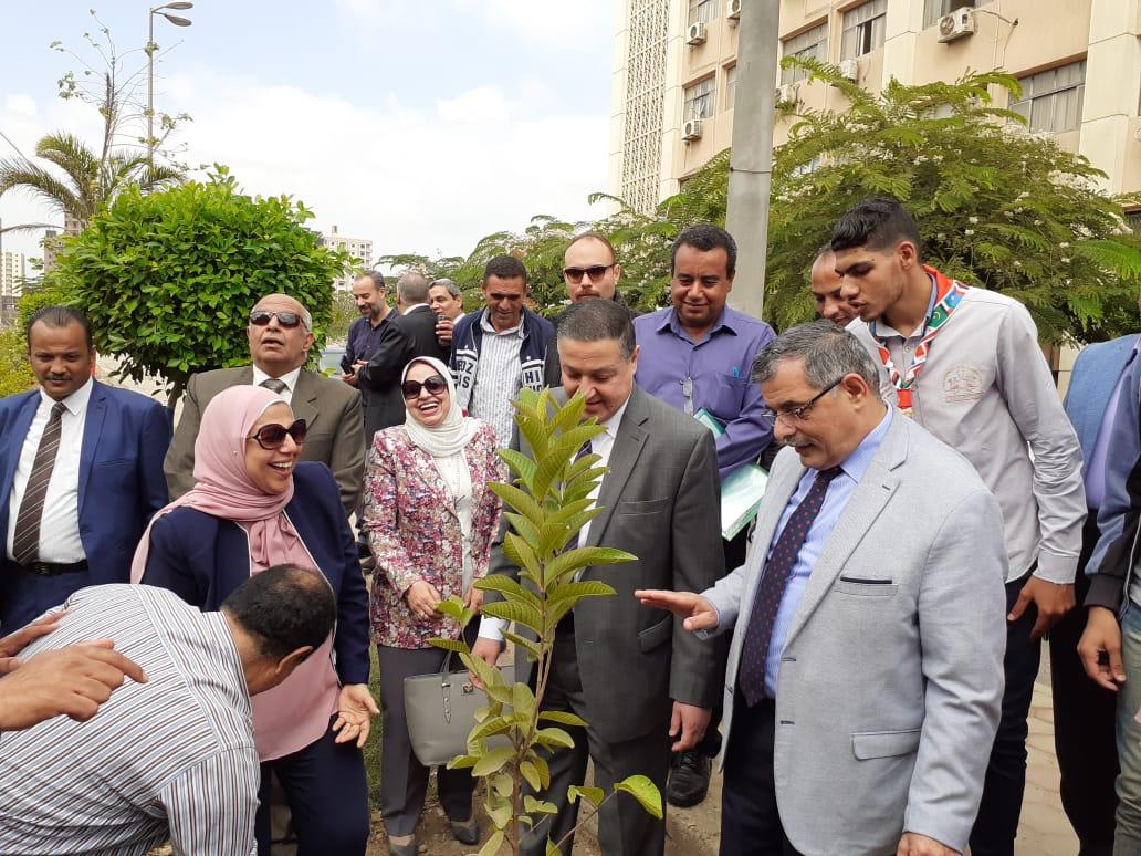 تدشين مبادرة هنجملها بكلية التربية جامعة بنها لزراعة 2500 شجرة (6)