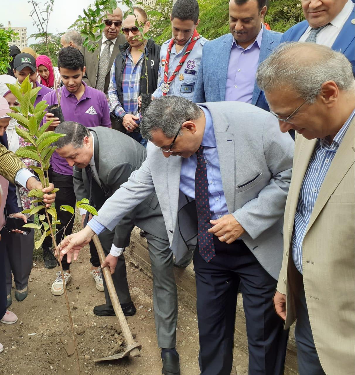 تدشين مبادرة هنجملها بكلية التربية جامعة بنها لزراعة 2500 شجرة (5)