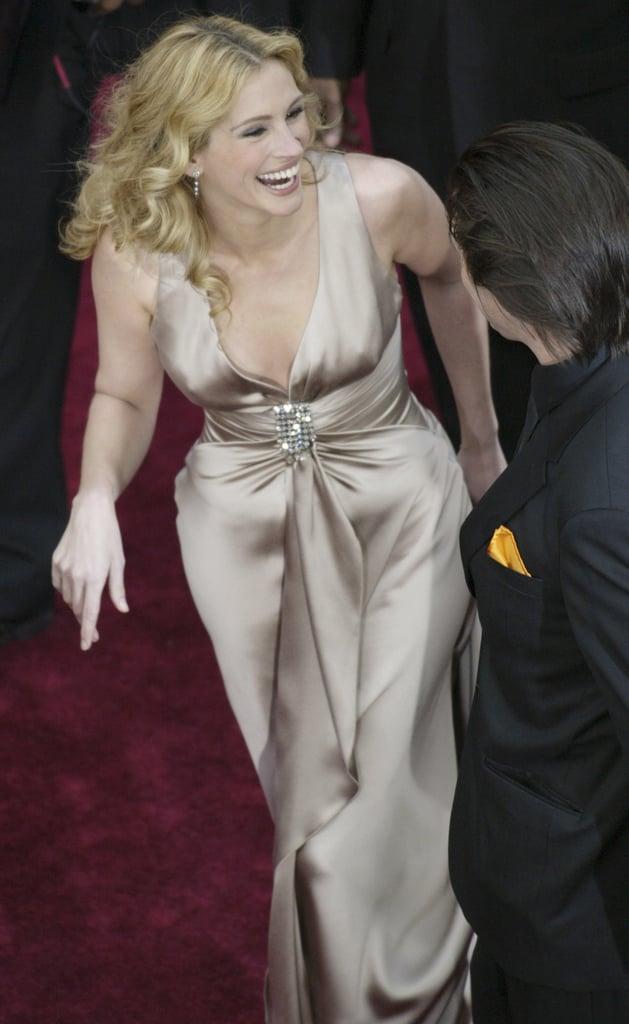 جوليا روبرتس فى حفل توزيع جوائز الأوسكار 2004 بالفستان الشامبين