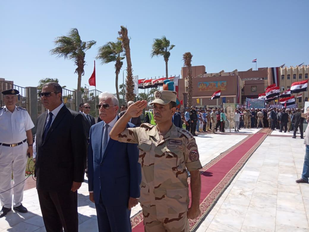 محافظ جنوب سيناء ومدير الأمن  يضعان إكيلا من الزهور (1)