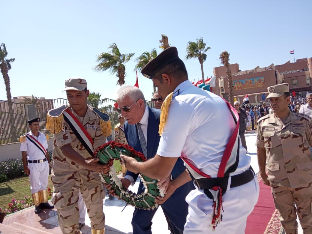 محافظ جنوب سيناء ومدير الأمن  يضعان إكيلا من الزهور (6)