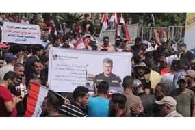 عراقيون يرفعون صورة الفريق عبد الوهاب الساعدى