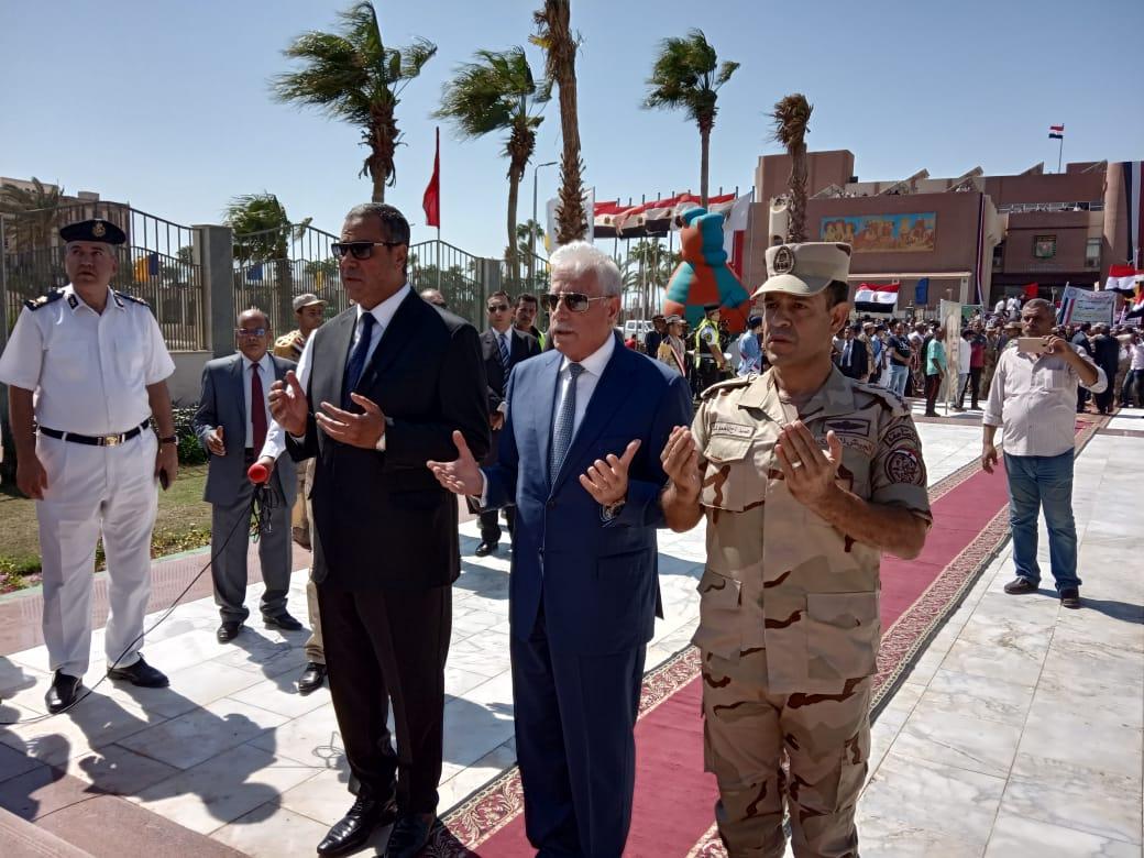 محافظ جنوب سيناء ومدير الأمن  يضعان إكيلا من الزهور (2)