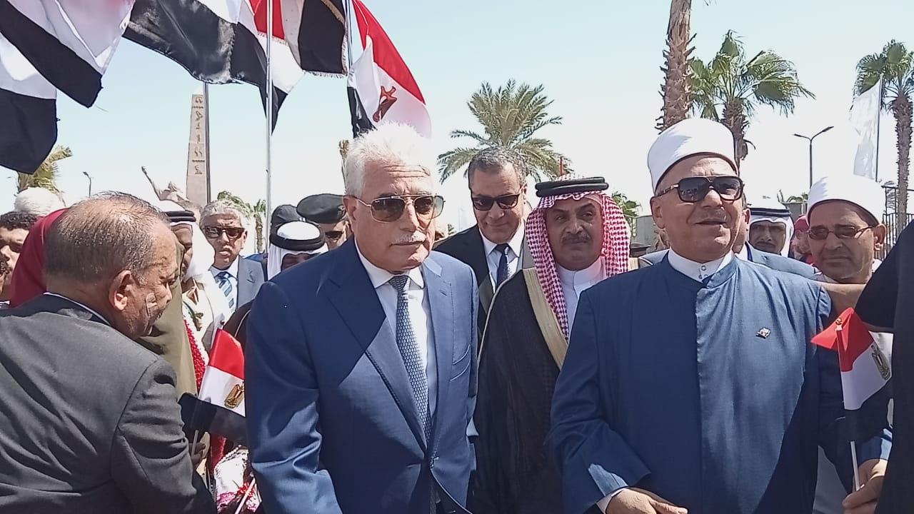 محافظ جنوب سيناء ومدير الأمن  يضعان إكيلا من الزهور (8)