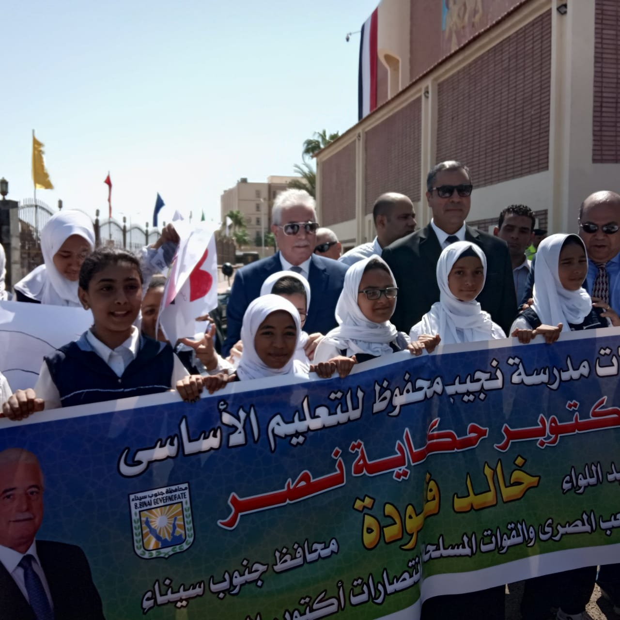 محافظ جنوب سيناء ومدير الأمن  يضعان إكيلا من الزهور (7)