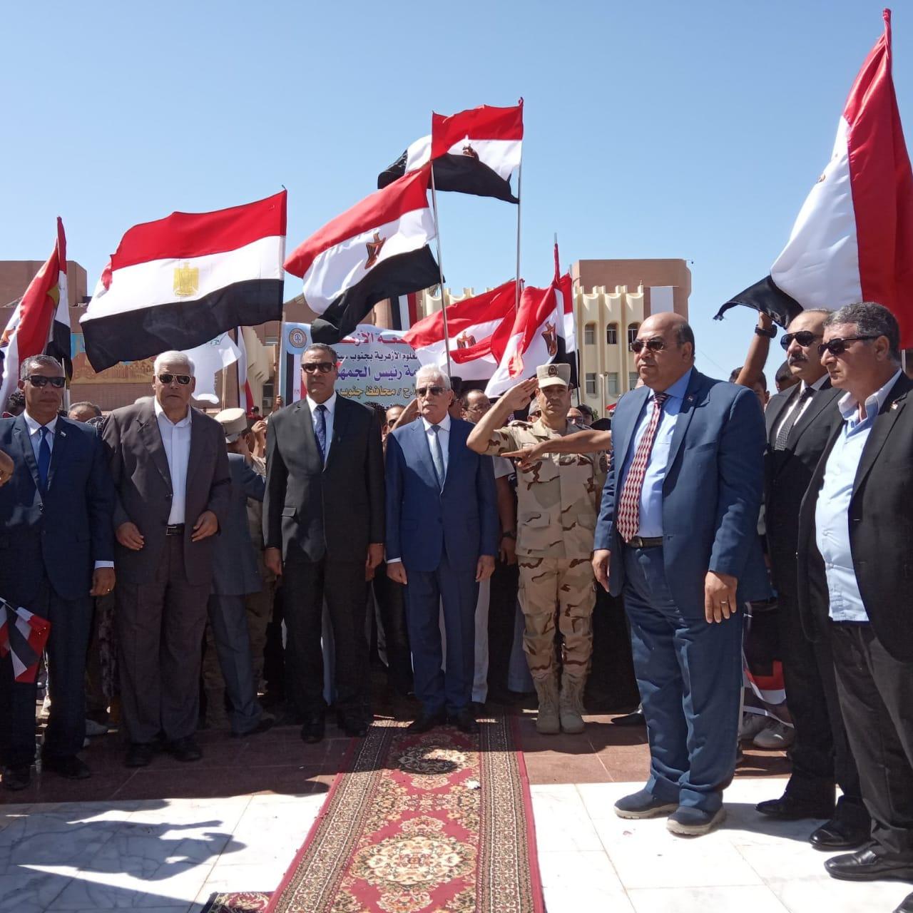 محافظ جنوب سيناء ومدير الأمن  يضعان إكيلا من الزهور (5)