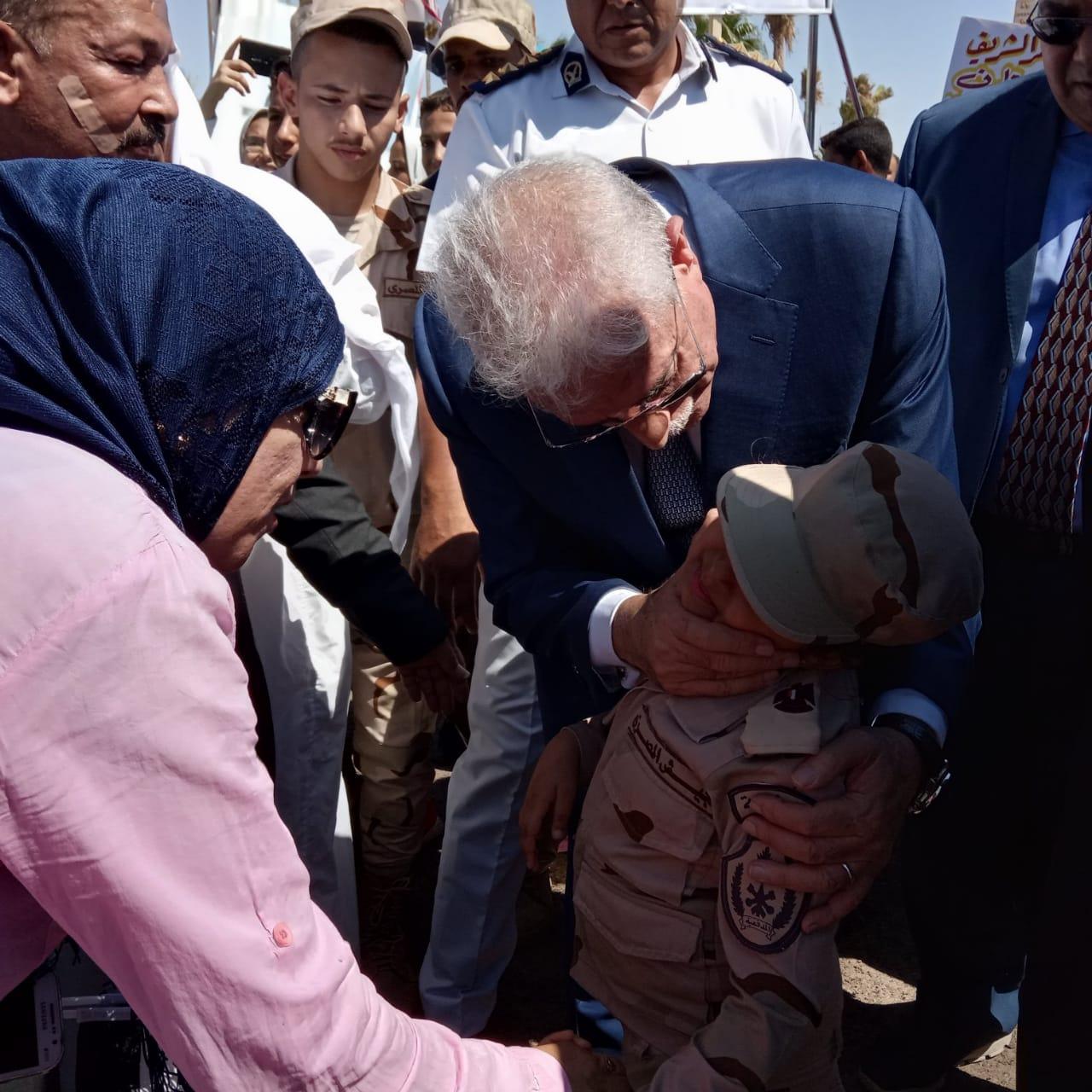 محافظ جنوب سيناء ومدير الأمن  يضعان إكيلا من الزهور (4)