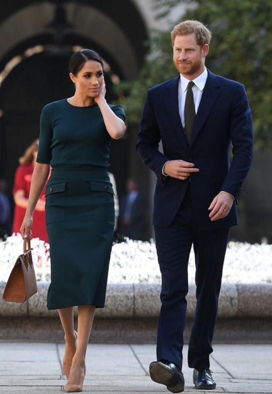 -فستان أخضر غامق