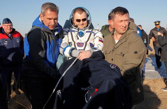 المسعفين-يحملون-رائد-الفضاء-الروسى-أليكسى-أوفشينين