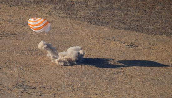 لحظة-وصول-الكبسولة-الفضائية-إلى-الأرض