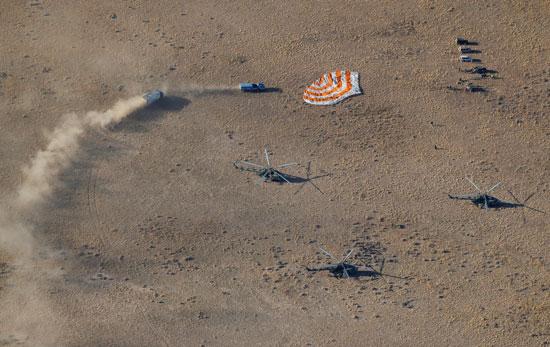 طائرات-الهليكوبتر-تصل-لنقل-الفريق-إلى-مركز-ناسا