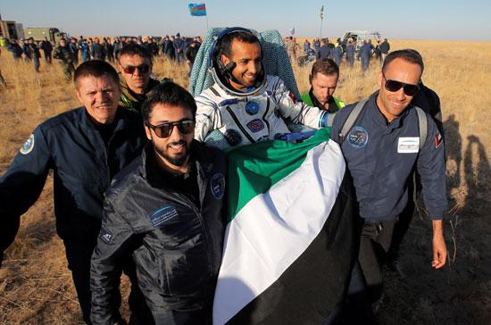 هزاع-المنصورى-يحمل-علم-الإمارات-عقب-نزوله-إلى-الأرض
