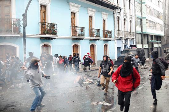 حالة من الكر والفر بين المتظاهرين والشرطة