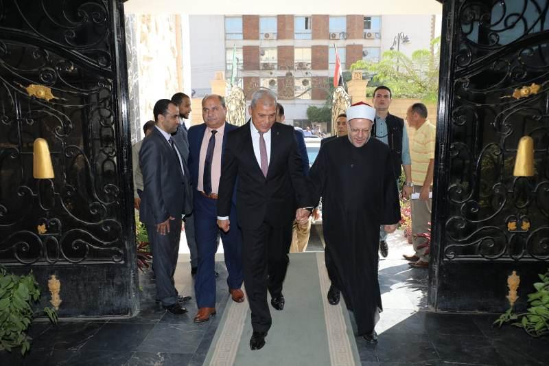 محافظ المنوفية يستقبل مفتى الديار المصرية (2)