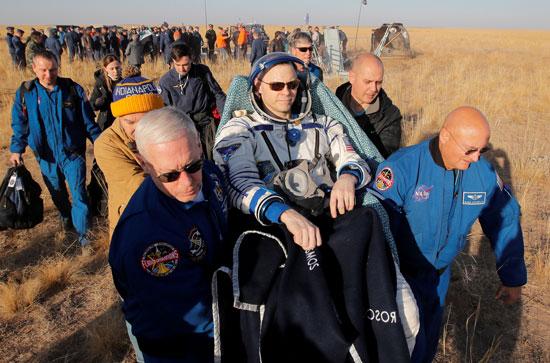 متخصصون-فى-ناسا-يحملون-رائد-الفضاء-الأمريكى-نيك-لاهاى